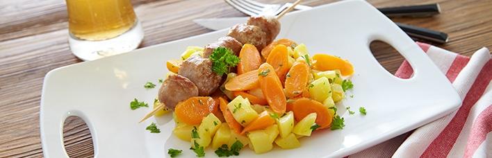 Möhren-Kartoffeln untereinander mit Bratwurstspießchen
