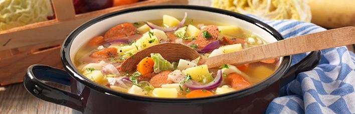Kartoffel-Eintopf mit Speck und Wiener Würstchen