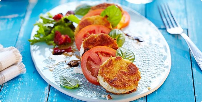 Frische Tomaten mit paniertem Ziegenkäse