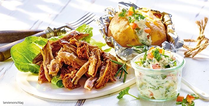 Saftiges Pulled Pork mit zarter Ofenkartoffel und würziger Kräutercreme