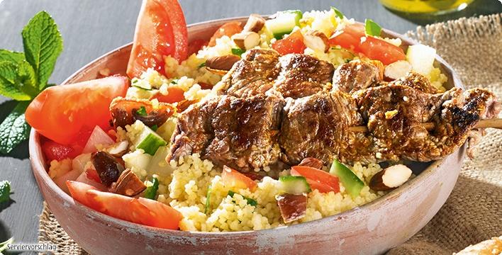 Couscous-Salat mit Tomate und Fleischspießchen