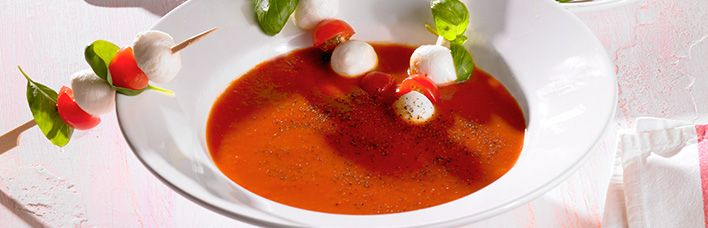 Leichte Tomatensuppe mit Mozzarella Minis und Basilikum