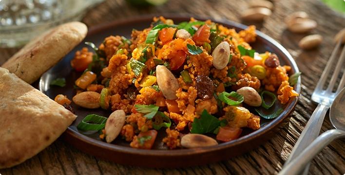 Bunter Couscous-Salat mit Mandeln und Sultaninen