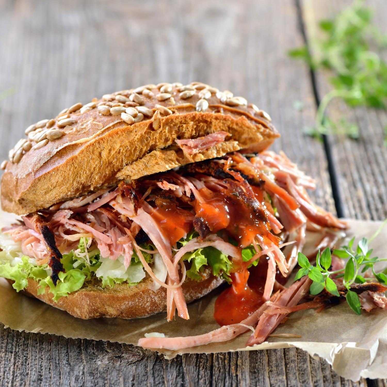 Pulled Pork Sandwich mit Krautsalat (Coleslaw)