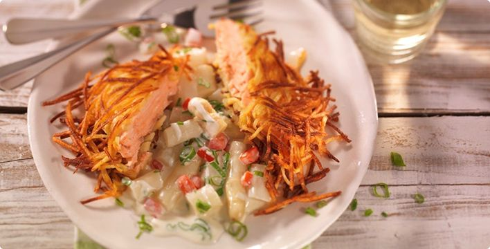 Lachsfilet im Kartoffelmantel gebraten auf Sahnespargelgemüse
