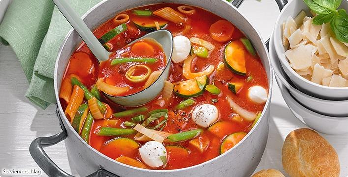 Bunte Minestrone mit viel Gemüse, Bio-Nudeln und Mozzarella-Bällchen