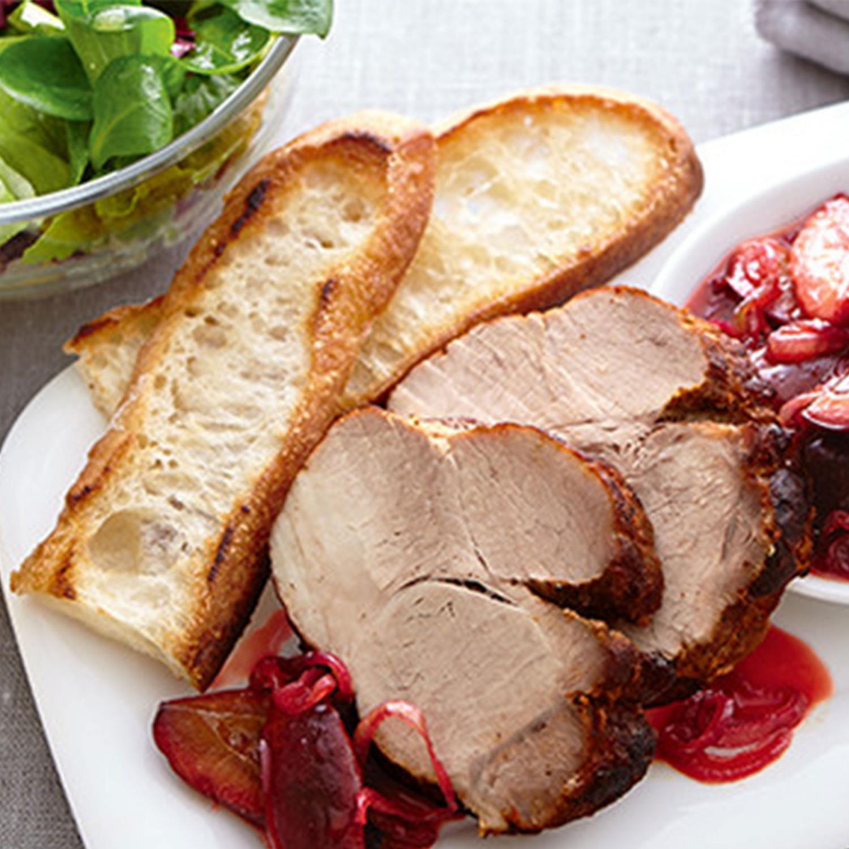 Schweine-Braten mit Pflaumenchutney und Salat