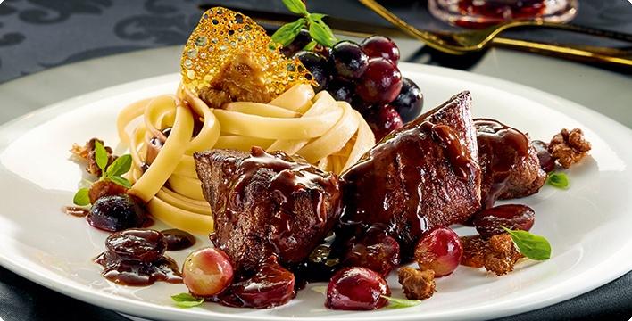 Reh-Medaillons mit roten Trauben & karamellisierten Walnüssen