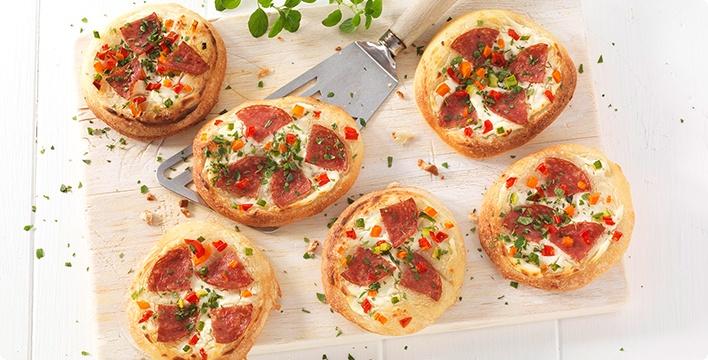 Minipizzen mit Kräuterfrischkäse, Salami und Gemüse