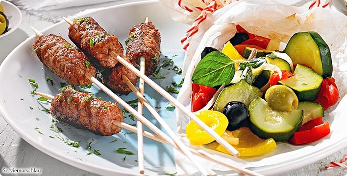 Cevapcici-Spieße mit Gemüse-Olivenpäckchen