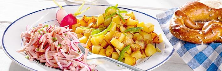 Wurstsalat mit bunten Bratkartoffeln
