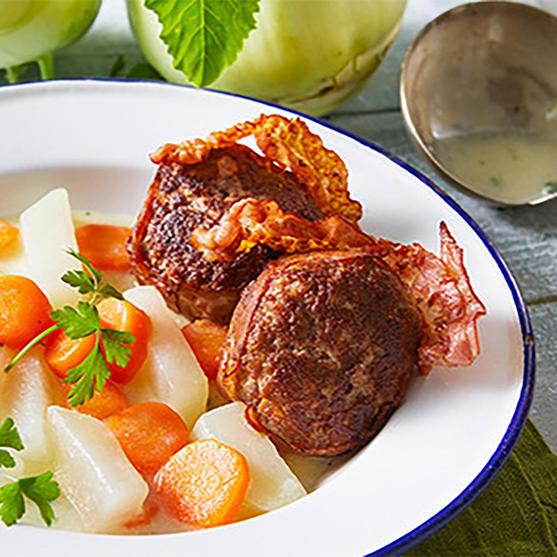 Kohlrabi-Schmand-Gemüse mit speckumwickelten Frikadellen