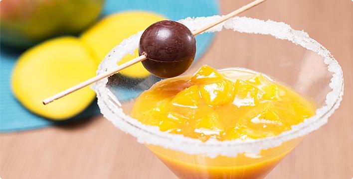 Mango-Martini mit Schoko-Olive