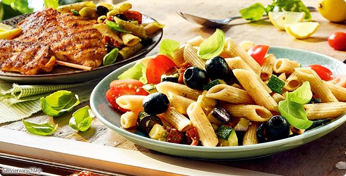Mediterraner Nudelsalat mit Premium-Grillplatte