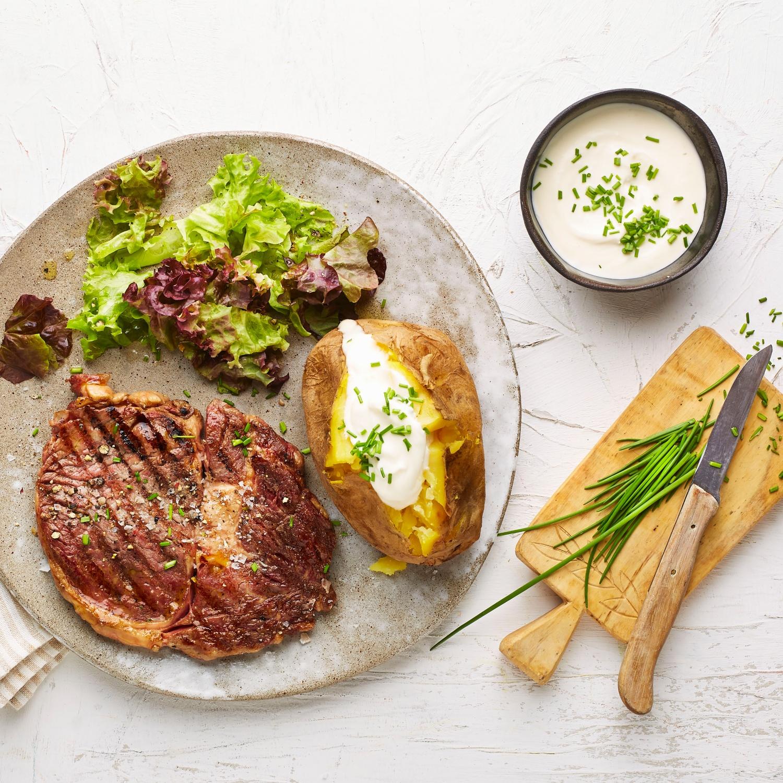 Rib-Eye-Steak mit Baked-Potato und Sour-Cream
