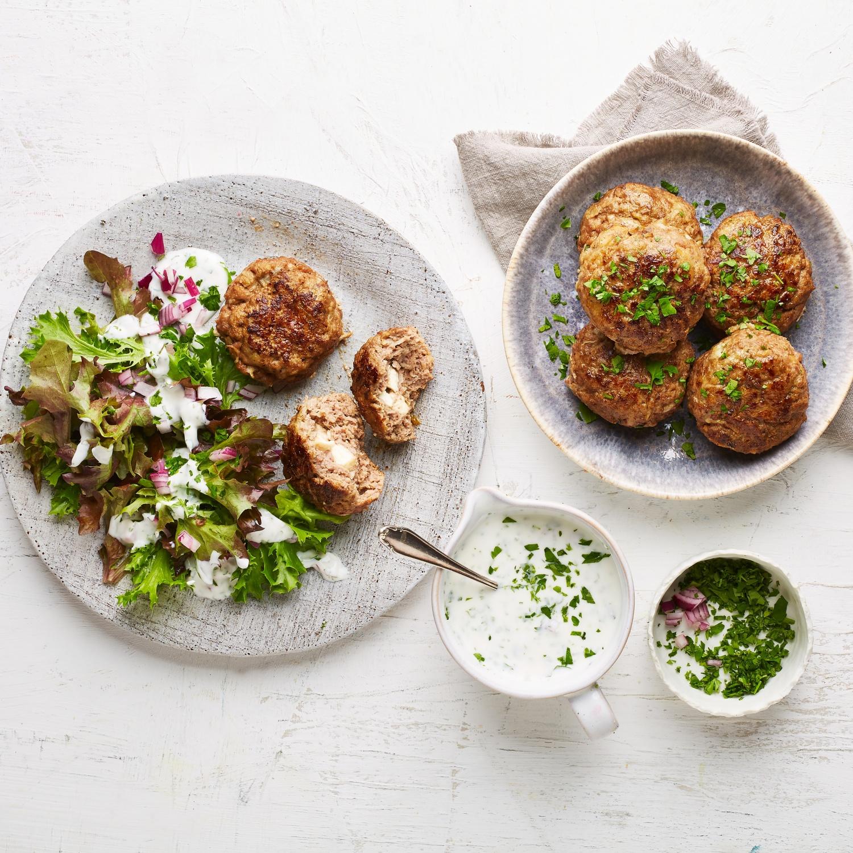 Rindfleischfrikadellen mit Feta-Füllung und Salat