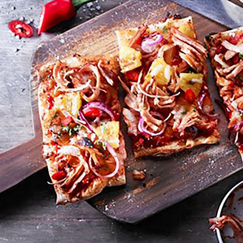 Pulled Turkey-Pizza mit Cheddar und Chili