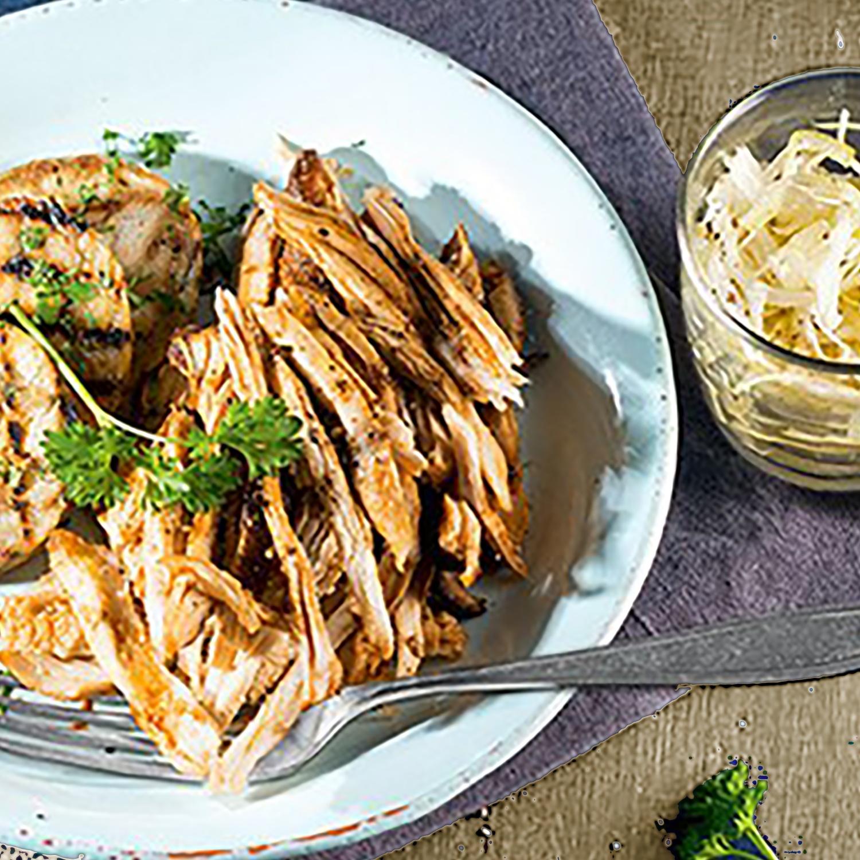 Pulled Turkey mit gebratenen Semmelknödeln, Krautsalat und Apfel-Senf-Dip