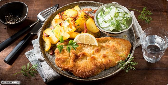 Schnitzel nach Wiener Art mit Bratkartoffeln und Gurken-Dill-Salat