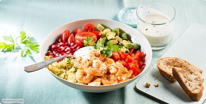 Garnelen-Bowl mit Couscous, Avocado und Granatapfel