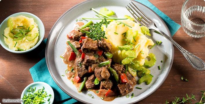 Kalbsgulasch mit Barolo und Staudensellerie-Kartoffelpüree