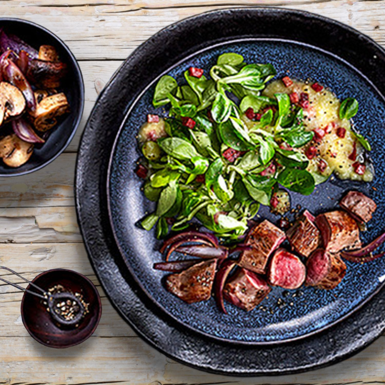 Lammfilet mit Pilzen, buntem Feldsalat und Kartoffel-Speckdressing