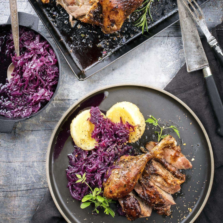 Festtags-Pute mit Preiselbeer-Rotkohl und Kartoffelknödeln