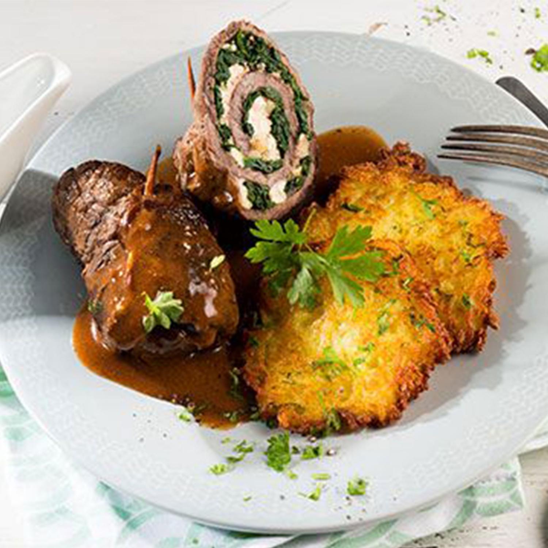 Spinatroulade mit Feta, Pinienkernen und Kartoffelpuffern