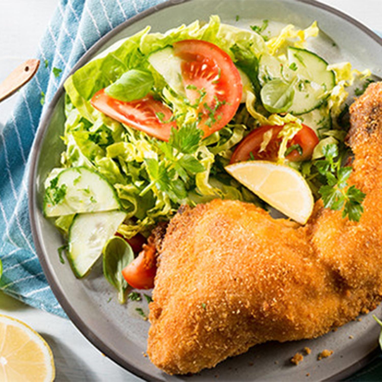 Knusprige Buttermilch-Hähnchenschenkel mit frischem Salat