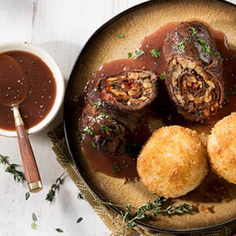 Geschmorte Rinderroulade mit Champignonfüllung, Portweinsauce und Kartoffelknödeln