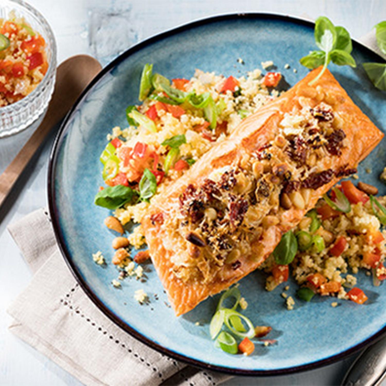 Lachsfilet mit Pinienkern-Parmesan-Kruste und Couscous-Paprika-Gemüse