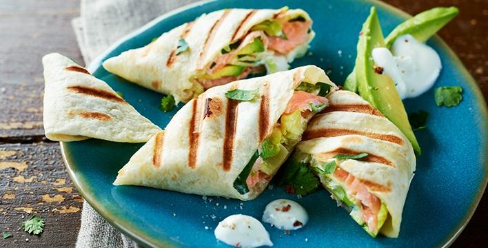 Knusprige Wraps mit Avocado und Räucherlachs