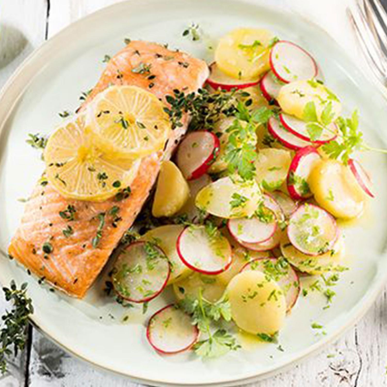 Zitronen-Lachsfilet aus dem Ofen mit Kartoffel-Radieschen-Salat