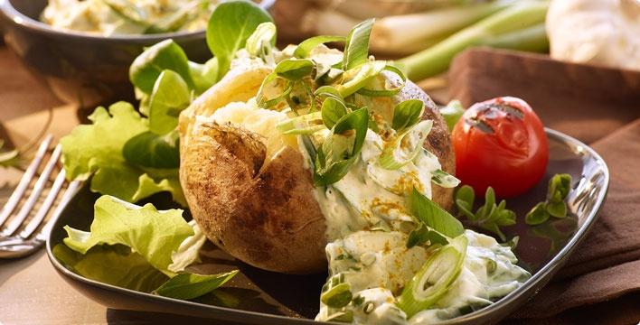 Folienkartoffel mit Frühlingszwiebeln-Curry-Quark