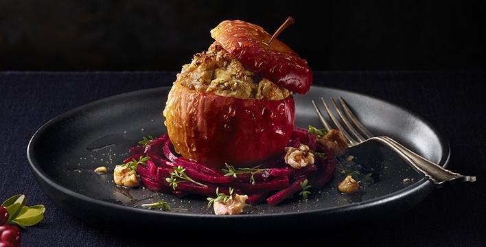 Herzhafter Bratapfel mit Ziegenkäse, rote Bete und Honig