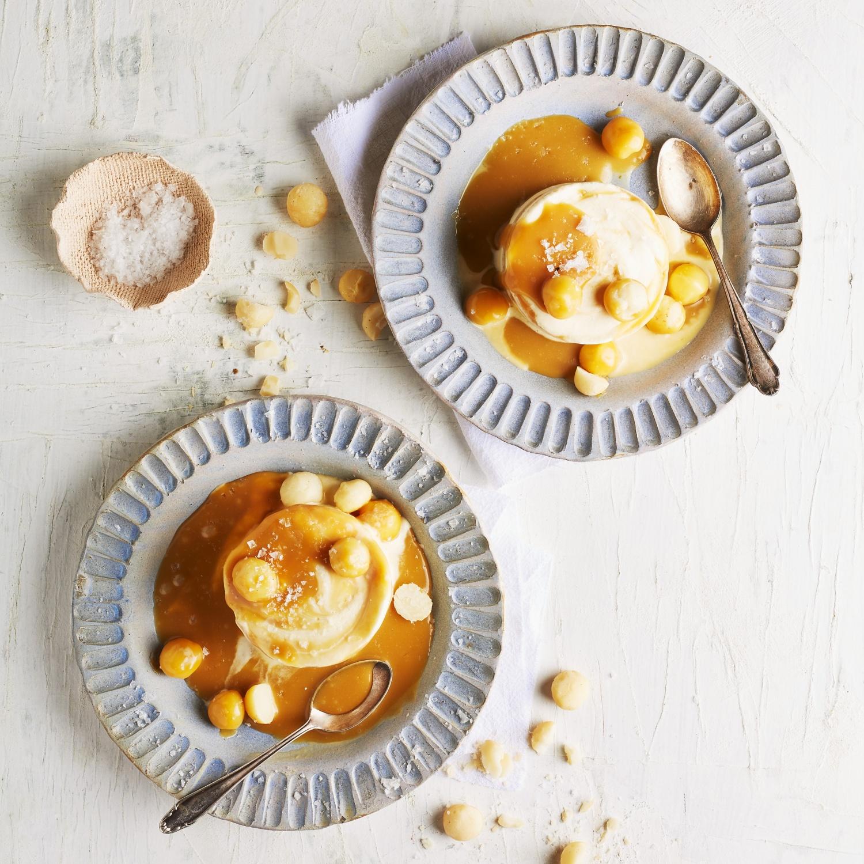 Vanille-Parfait mit Meersalz, Macadamianüssen und Karamell