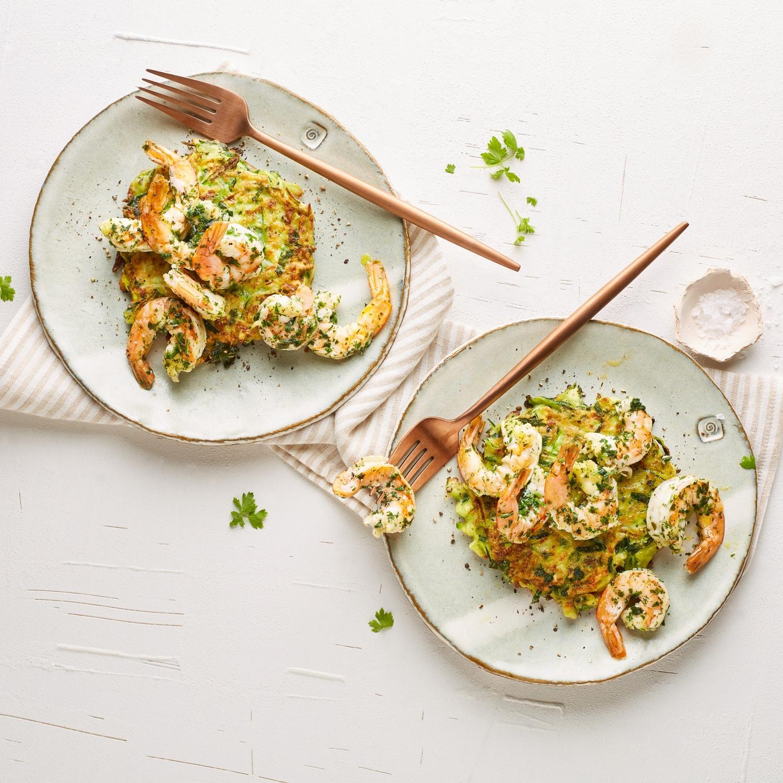 Zucchinipuffer mit gebratenen Riesengarnelen