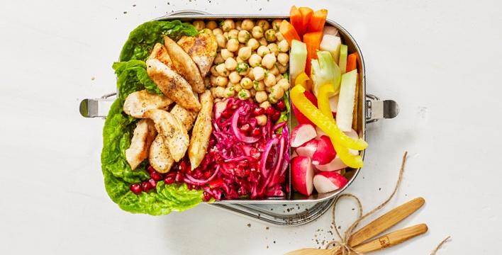 Lunchbox mit Kichererbsen und Salat