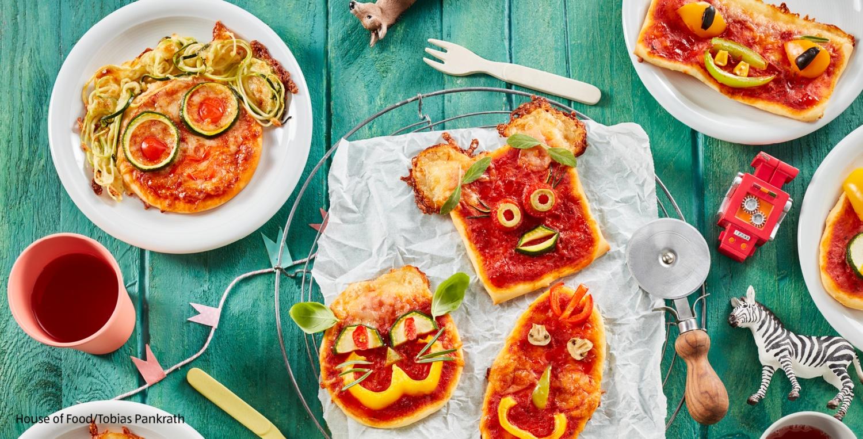 Mini-Pizzen mit lustigen Gesichtern