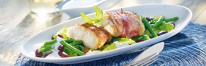 Alaska Seelachs im Speckmantel auf Bohnensalat
