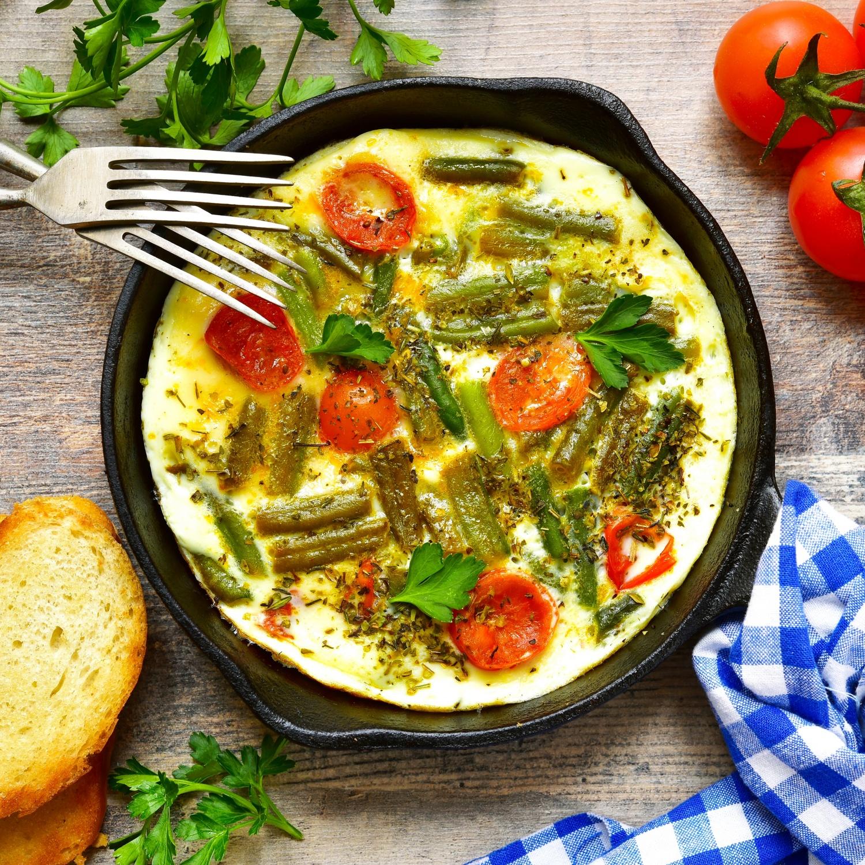 Frittata von grünem Spargel, Kartoffeln, Petersilie, Rosmarin und Kirschtomaten