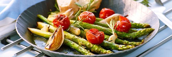 Gebratener grüner Spargel mit Kirschtomaten, Schalotten und Rosmarin
