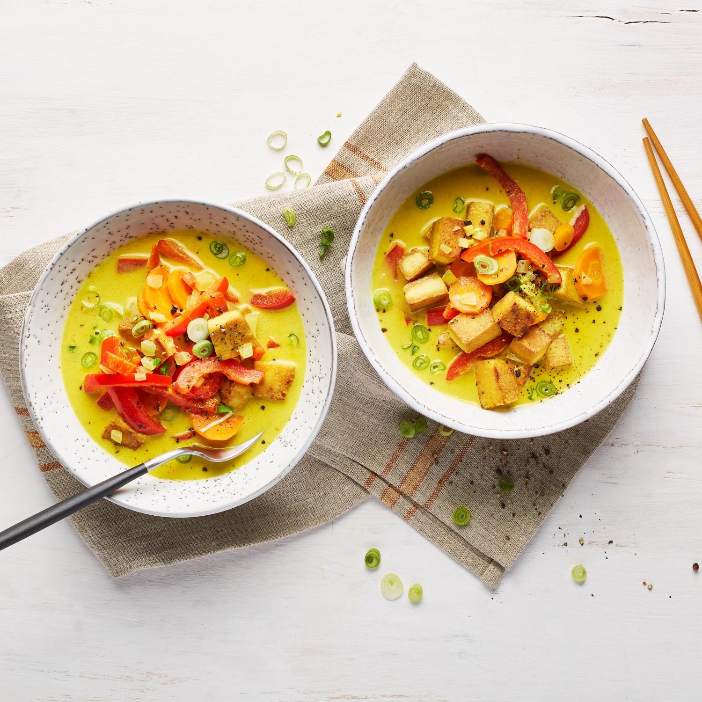 Gelbes Tofu-Curry mit Möhren und Paprika (vegan)