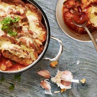 One Pot Gemüseeintopf mit Knoblauch-Käse-Brot