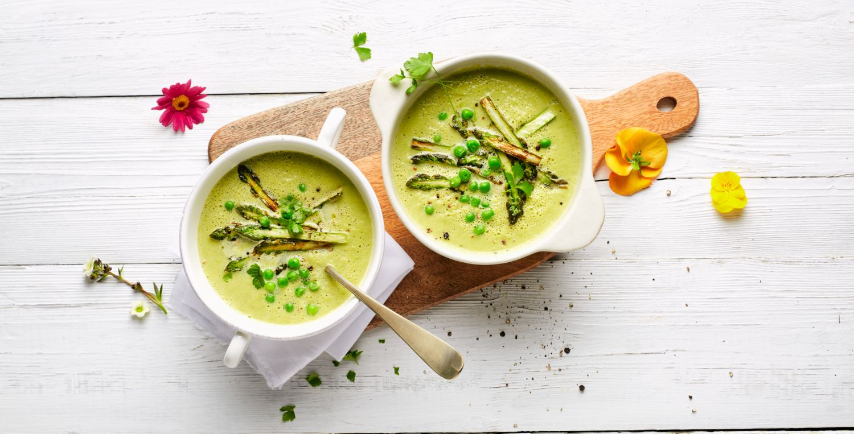 Grüne Spargelsuppe mit Erbsen
