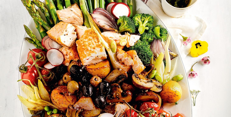 Sommersalat mit Spargel, Ei und Lachs