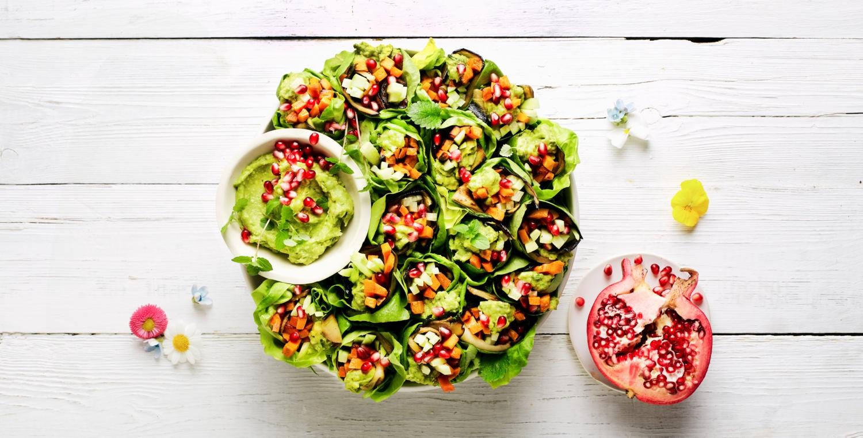Vegane Salat-Wraps mit Süßkartoffel und Avocado