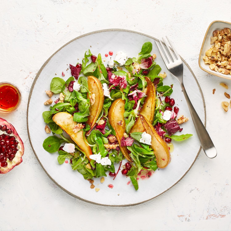 Blattsalat mit karamellisierter Birne und Granatapfelkernen