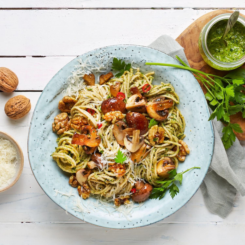 Spaghetti mit Champignons, Walnusspesto und frisch gehobeltem Grana Padano