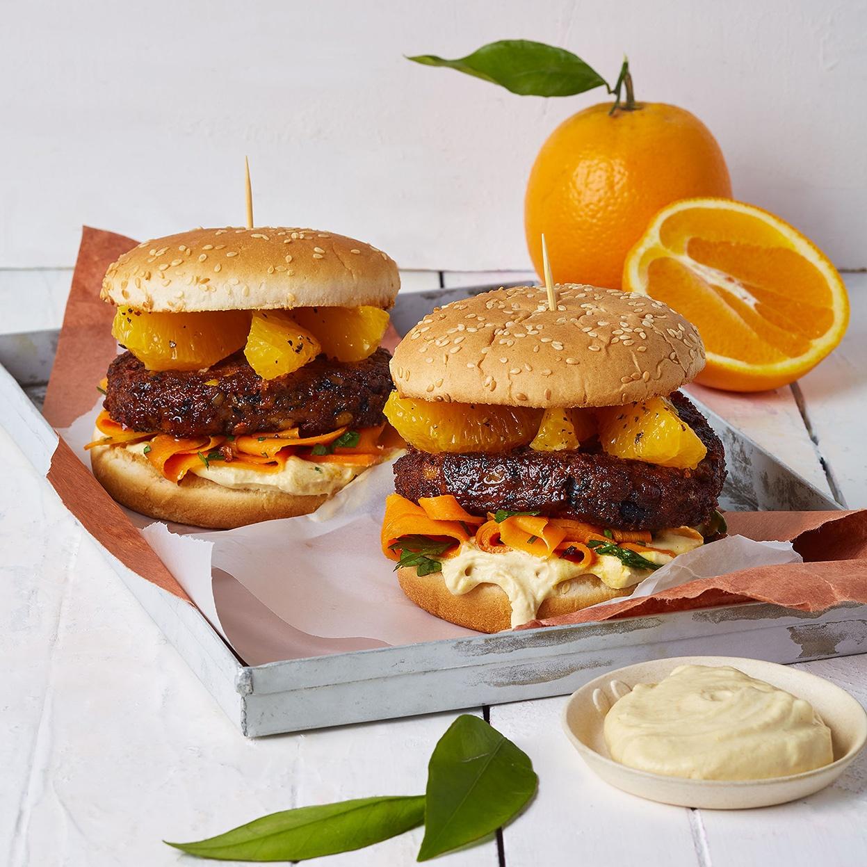 Veggie-Burger mit Orangenspalten